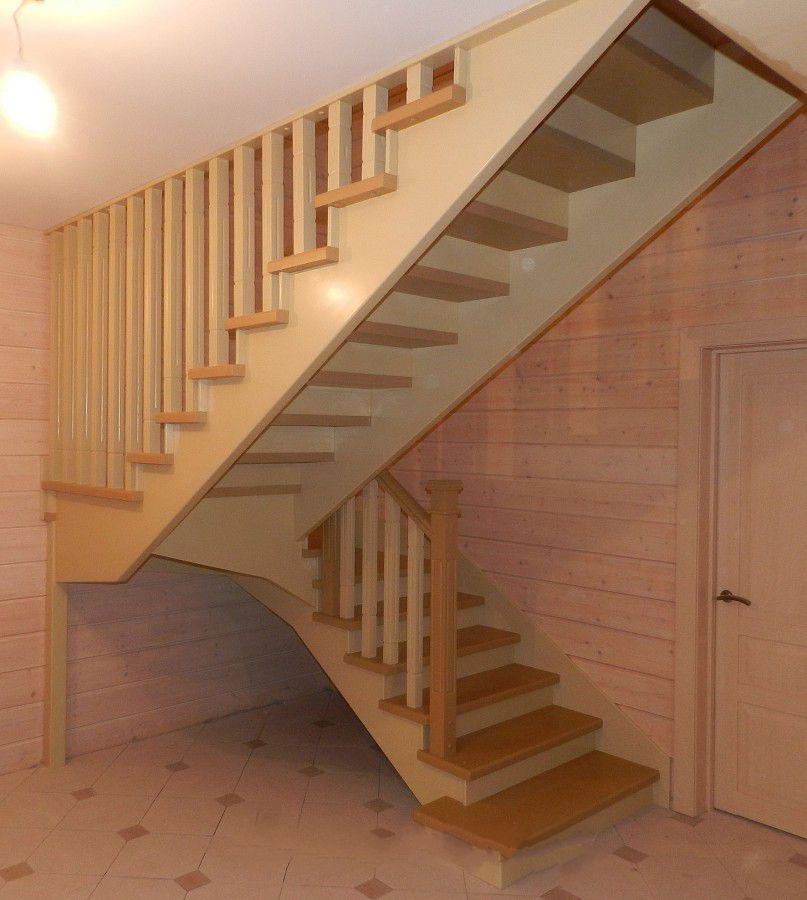деревянная лестница с поворотом в Сочи