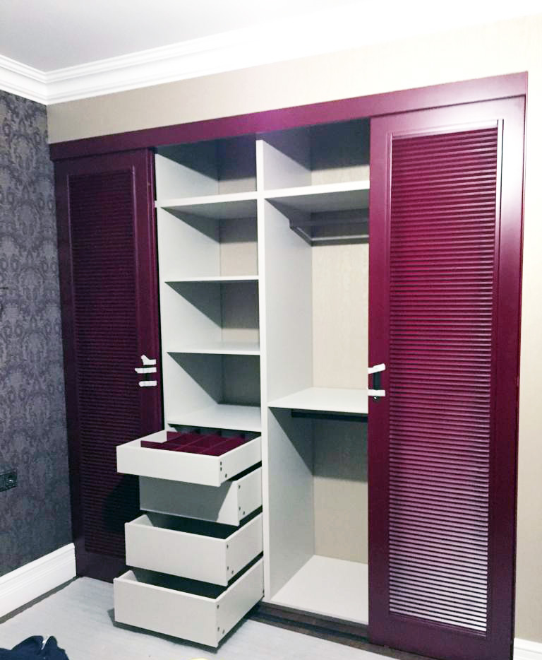 шкаф с дверьми жалюзи