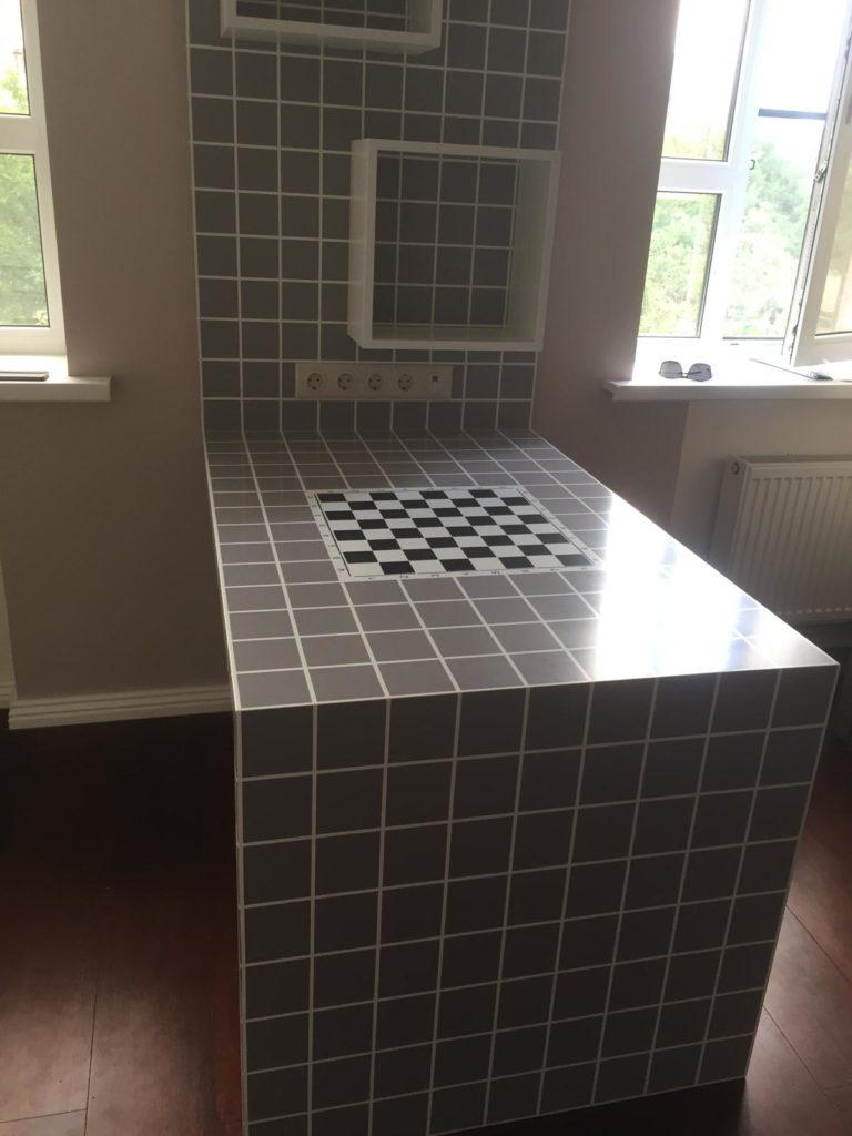 Шахматный стол и полки из массива дерева