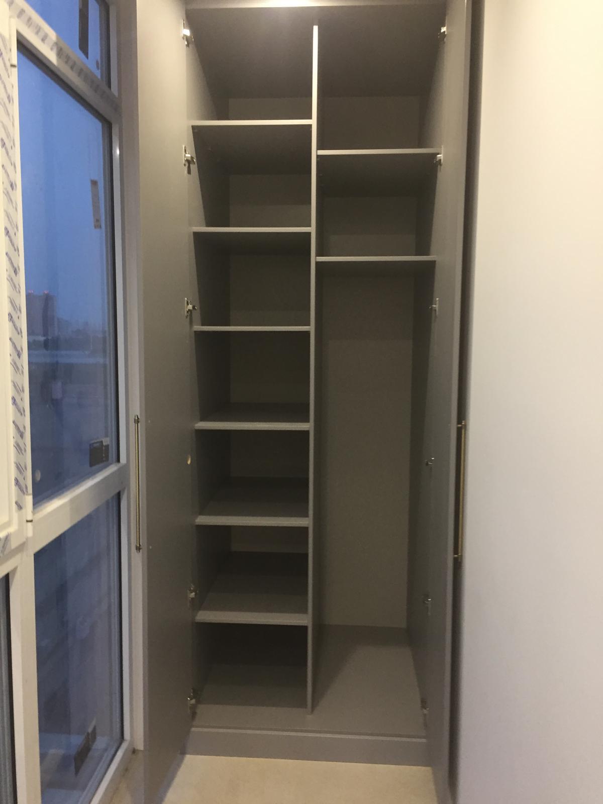 Узкий шкаф-купе из массива дерева под заказ в Сочи