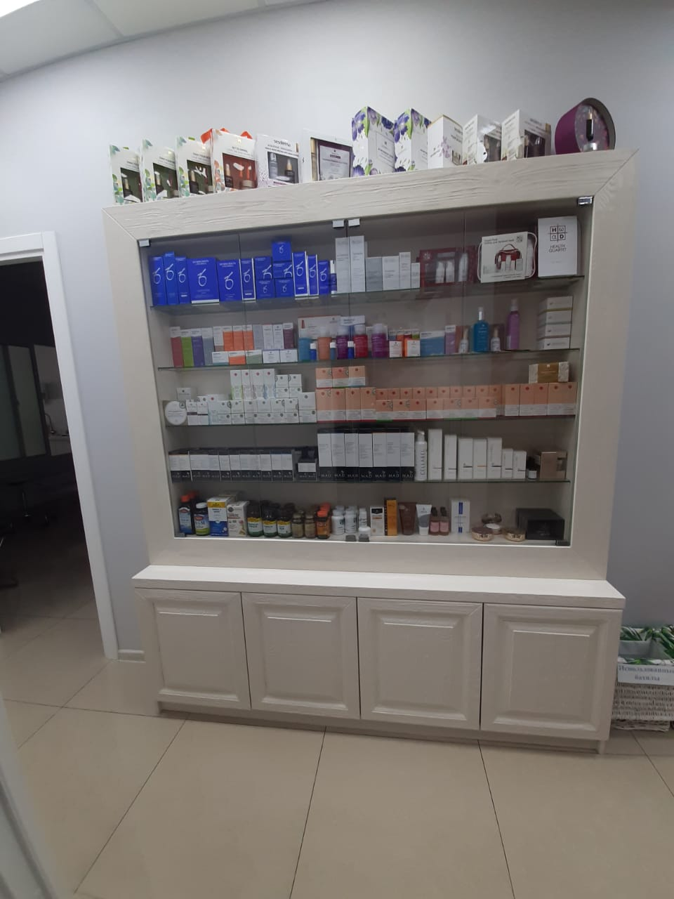 Шкаф для салона косметологии